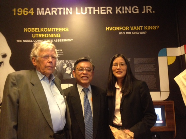 On the left was Kare D Tonnesson, the senior lecturer who wrote the assessment of Martin Luther King Jr for the Noble Committee. On the right was Julie Furuta-Toy, the US Charge d áffaires in Oslo.